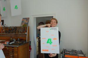 Katharina Jung mit gedrucktem Poster vom 4-jährigen BODE-Firmengeburtstag