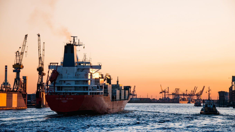 Boot fährt beladen aus Hafen